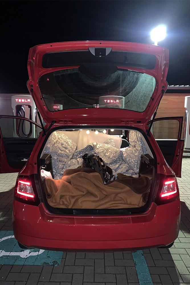 SChlafen im kleinen Auto. Kofferraum im Skoda Fabia