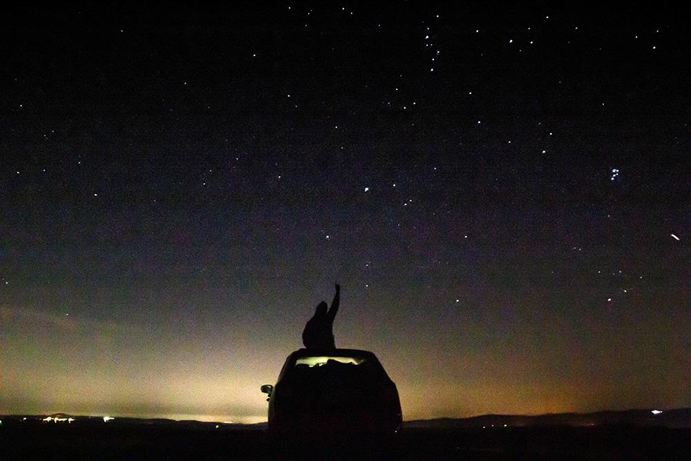 Auch in einem kleinen Auto kann man unter den Sternen schlafen