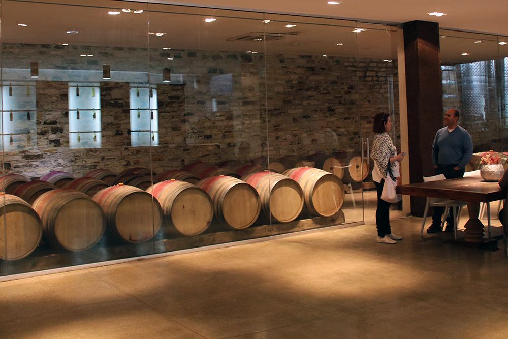 Traditionelle Architektur mischt sich in der Dafermou Winery mit modernen Elementen.