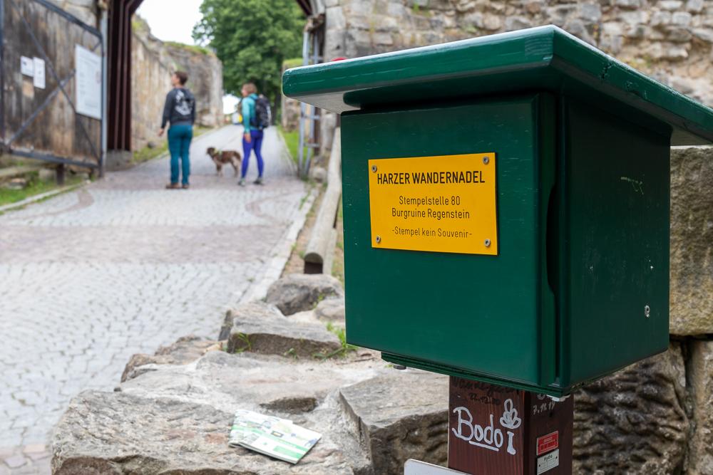 Stempelkasten an der Burgruine Regenstein – Harzer Wandernadel Stempelstelle HWN 80