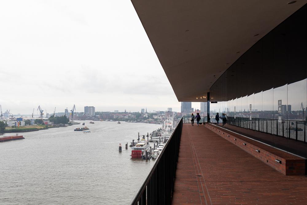 Die Außenplaza der Elbphilharmonie Hamburg ist einer der schönsten Aussichtspunkte am Hamburger Hafen