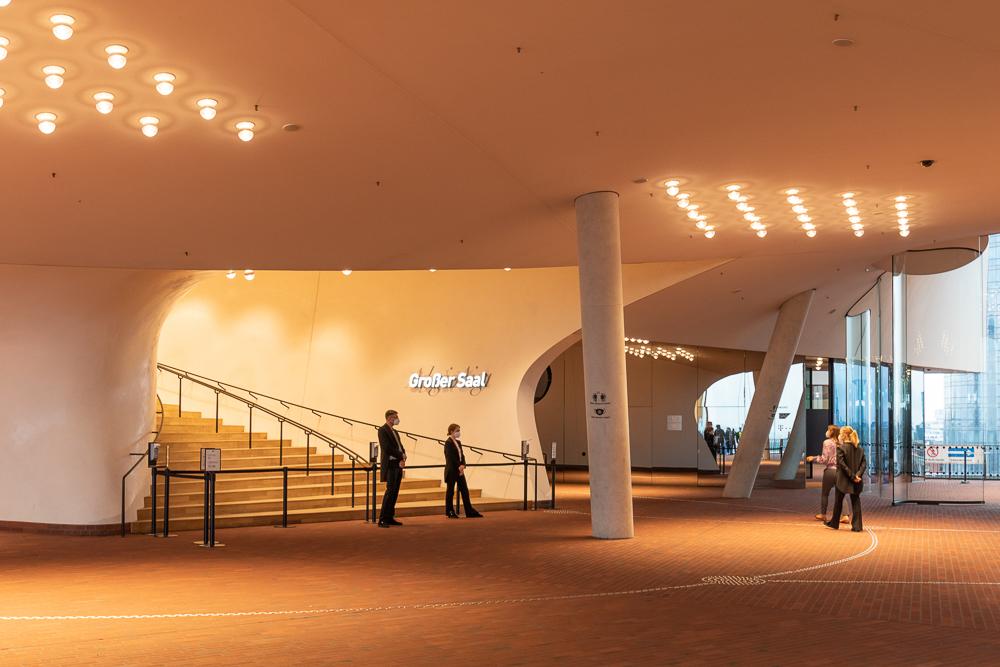 Plaza mit Eingang zum Großen Saal der Elbphilharmonie in Hamburg