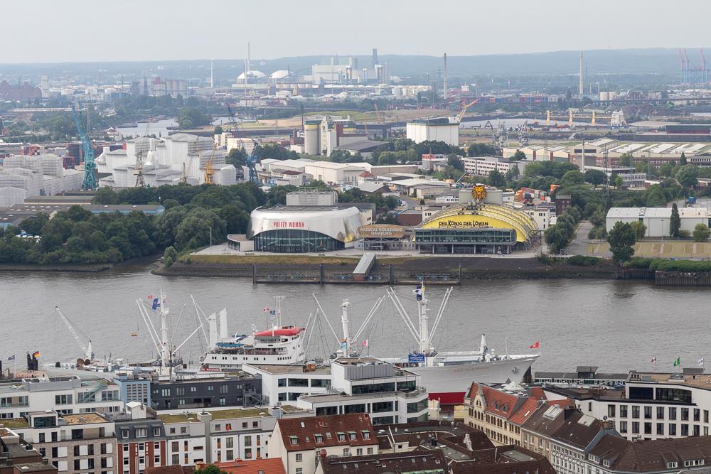 Aussicht von der Aussichtsplattform des Michels in Hamburg auf den Hafen mit den Musical Theatern