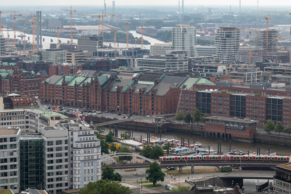 Aussicht von der Aussichtsplattform des Michels in Hamburg auf die Speicherstadt