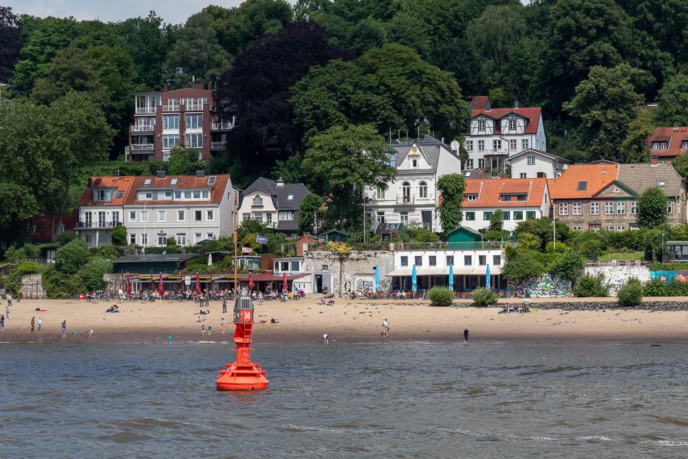 Elbstrand Övelgönne in Hamburg mit Sand an der Elbe