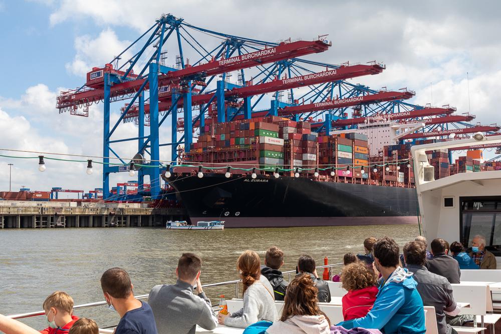 Großes Containerschiff ist bei einer Hafenrundfahrt im Hamburger Hafen zu sehen