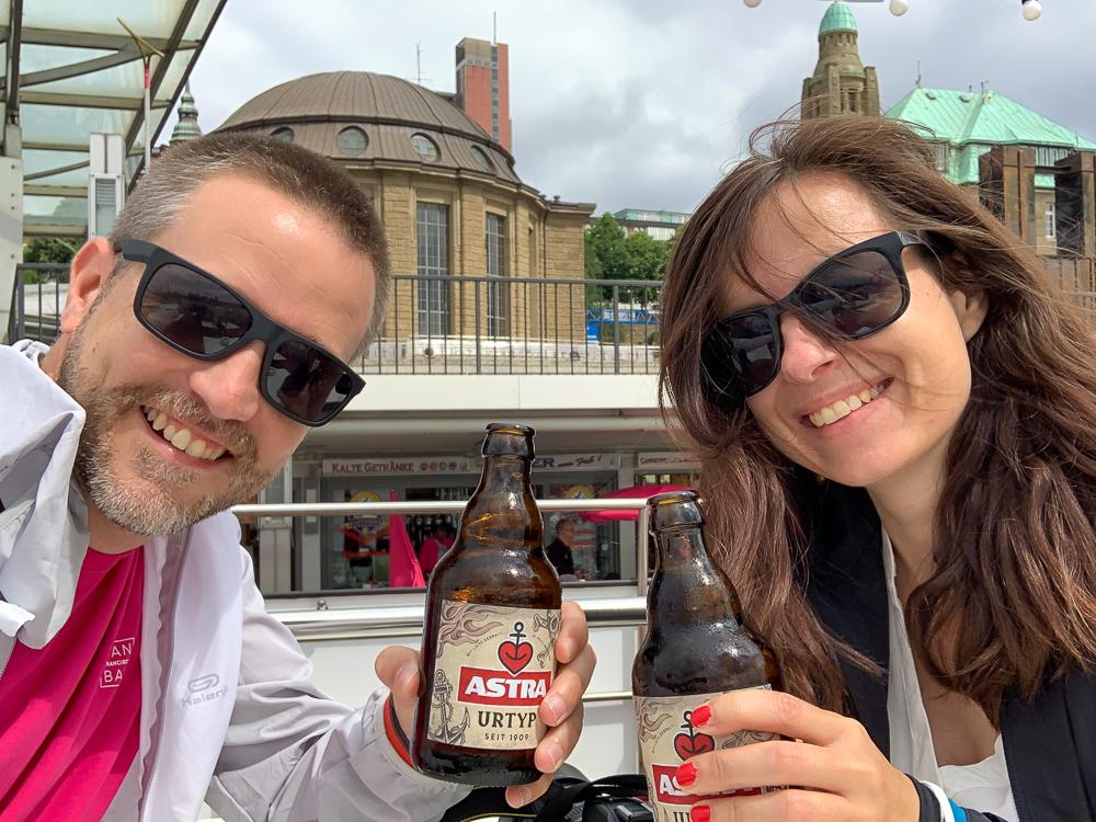 Anstoßen mit Astra Bier in Hamburg an den St. Pauli Landungsbrücken