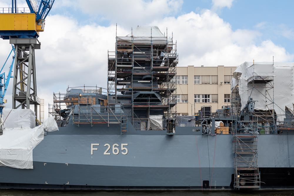 Korvette Köln der Marine im Bau im Hamburger Hafen