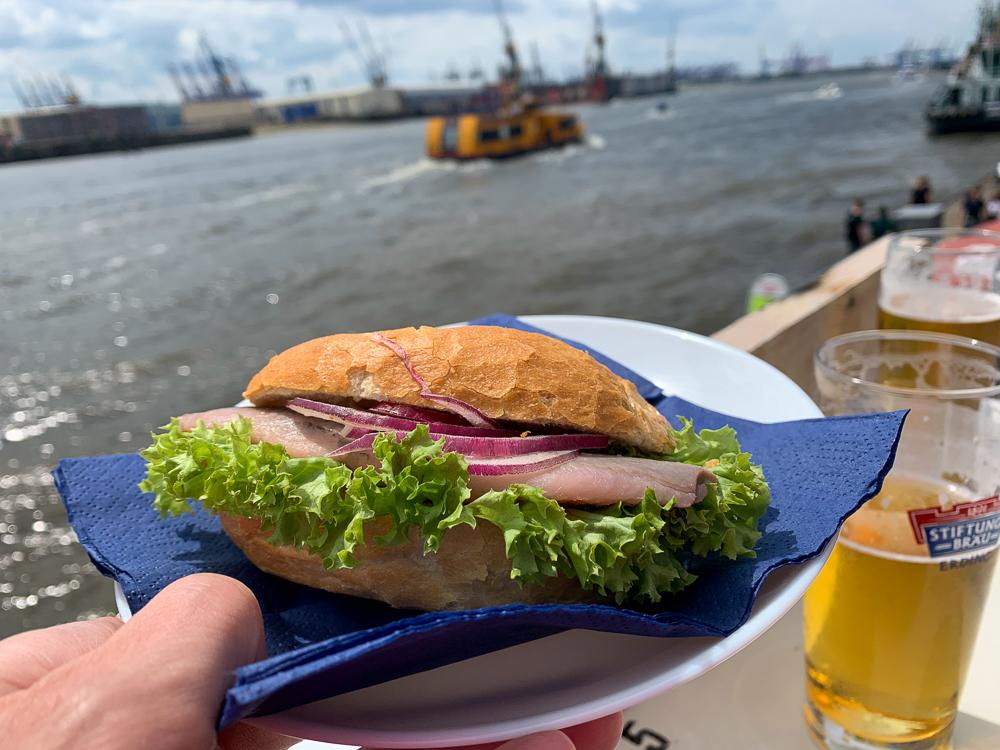 Fischbrötchen mit Matjes im Hamburger Hafen