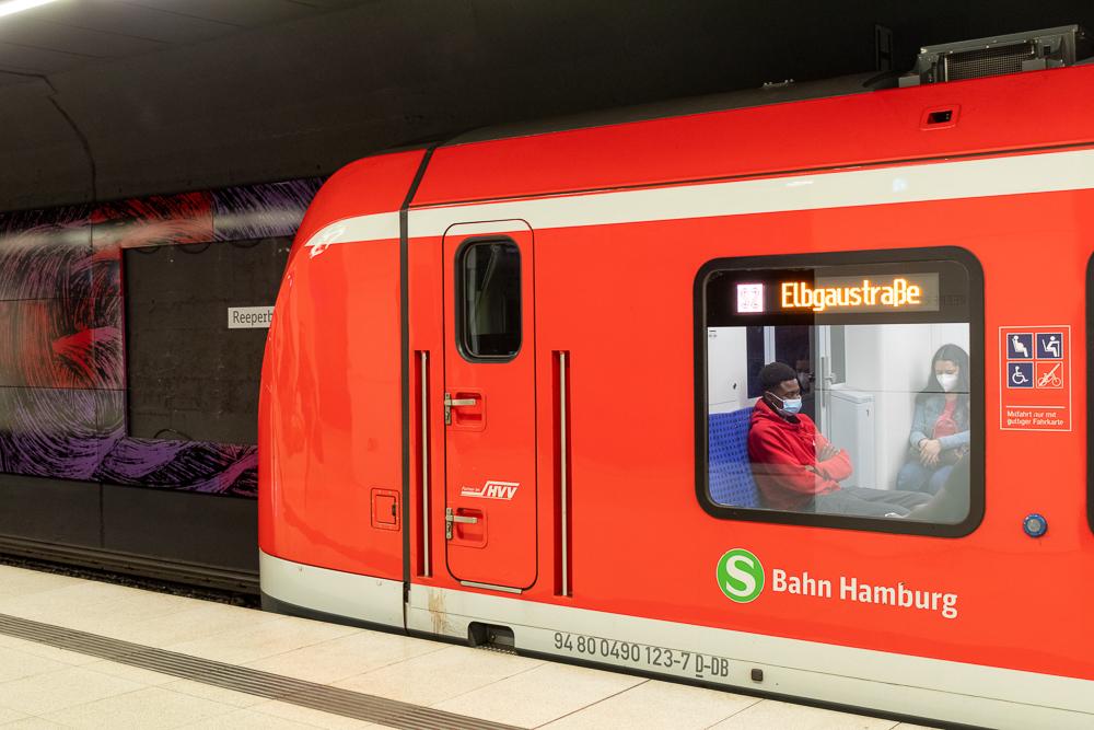 S-Bahn in Hamburg an der Haltestelle Reeperbahn
