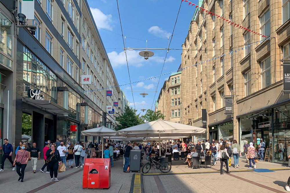 Shopping am Samstag in der Mönckebergstraße in Hamburg