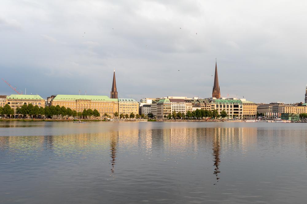 Die Binnenalster in Hamburg im abendlichen Licht zum Sonnenuntergang