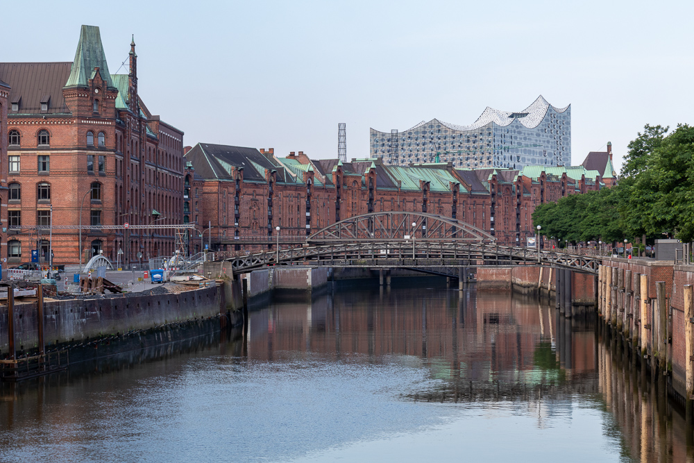 Die vor der Elbphilharmonie zu sehende Speicherstadt in Hamburg gehört zum Weltkulturerbe der UNESCO