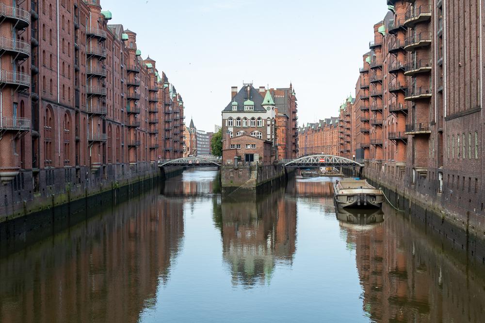 Wasserschloss in der Speicherstadt Hamburg von der Poggenbrücke aus fotografiert