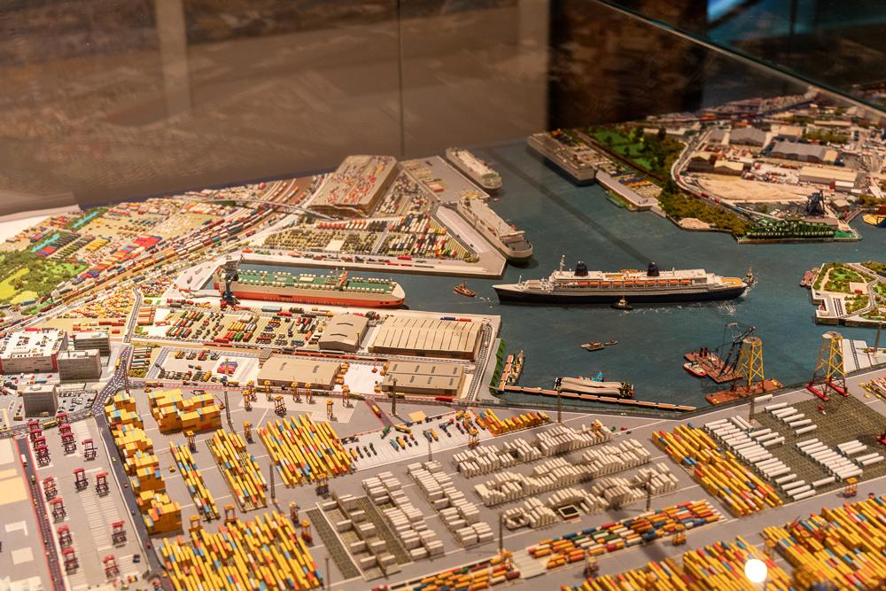 Internationales Maritimes Museum Hamburg mit einem Modell des Hafens im Maßstab 1:1250