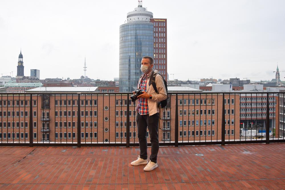 Die Plaza der Elbphilharmonie ist überdacht und ein ideales Ausflugsziel für Regen in Hamburg